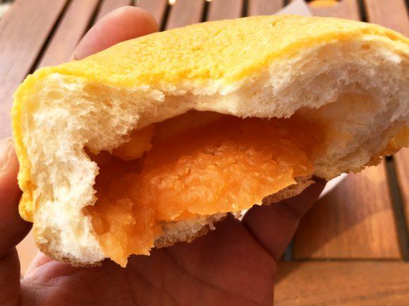【夢の競演】メロンパンとあんパンが融合した『メロンあんパン』が激ウマ! あんこから皮まで全てが凶器の最強パンがコレだ!!