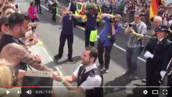【なぜ!?】ゲイパレードで恋人にプロポーズした英警察官が「後悔している」と告白