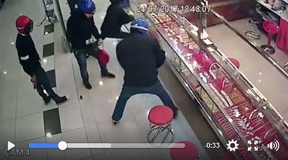 宝石店の強化ガラスがスゴすぎ! あまりの割れなさに強盗も完全にお手上げ状態