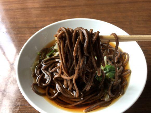 「日本一ウマイ駅そば」と言われる伝説の暗黒麺! 北海道の秘境・音威子府駅にある『常盤軒』に行ってみた / 立ちそば放浪記