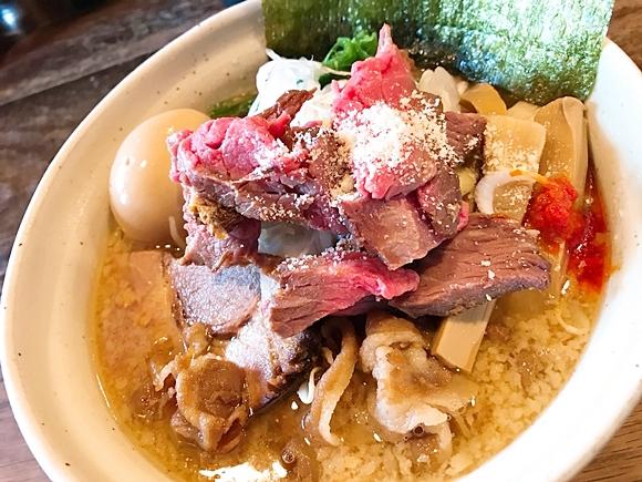 【ご褒美です】ローストビーフが乗ったダイナマイト級味噌ラーメン、その情報量に圧倒されよ! 東京・東中野「みそや林檎堂 BASIC」