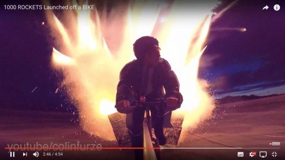 海外のYouTuberが「1000発のロケット花火」を自転車に積んで走りながら点火した結果