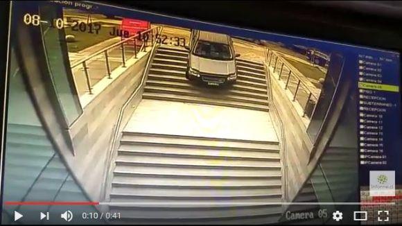 女性ドライバーが駐車場と間違えて階段へ侵入 → 車が真っ逆さまに滑り落ちるも奇跡的に怪我人ゼロ