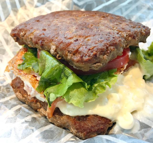 ウェンディ―ズ史上初! 肉で具材を挟んだ「ワイルドロック」を食べてみたッ!! 低糖質でかなりあっさりしてるぞ