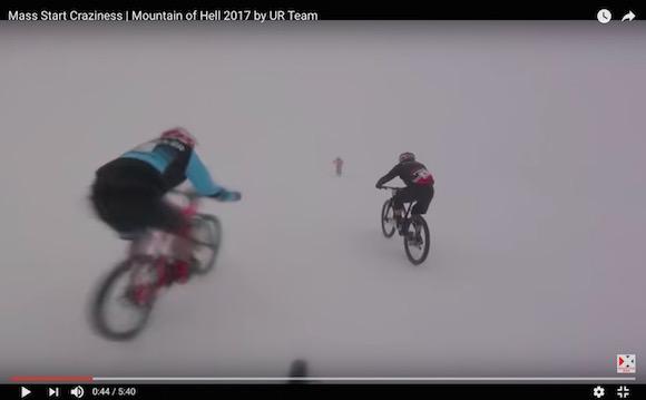 【衝撃動画】前が見えない雪山を自転車で全速疾走するレースが過酷すぎてヤバい