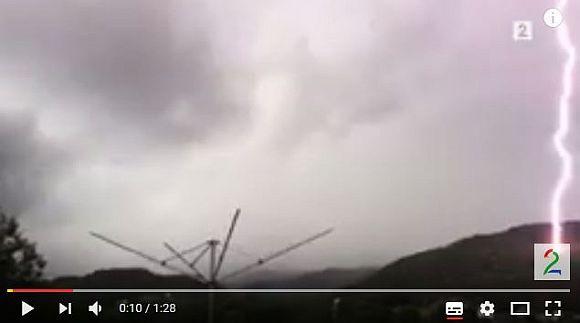 【恐怖の激撮】わずか5メートル先に雷が落ちる瞬間が怖すぎる! その現場は真っ黒焦げに!!