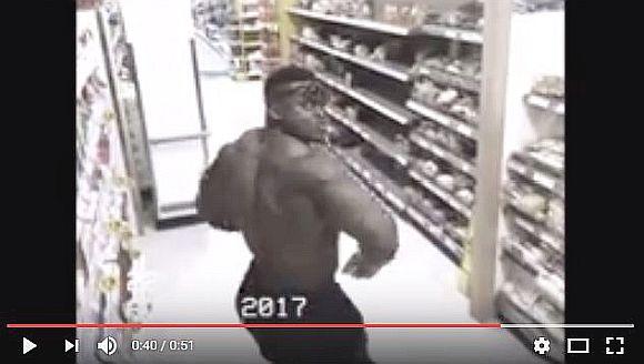 万引きすると思ったら…そっちかよ(笑)!  あるマッチョマンが監視カメラの前で見せた「意外な」行動が超オモロい!