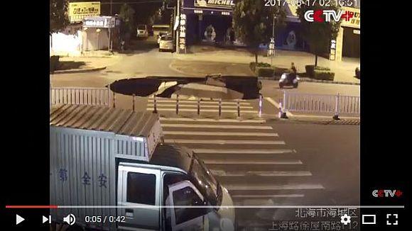 ながらスマホ怖すぎ! 原付に乗ったまま操作していた男性が陥没した道路に気づかず落下