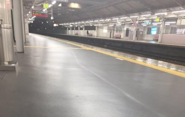 【心霊写真?】駅のホームに何気なく映り込んだ「黒い人影」がTwitter上で盛大に拡散中