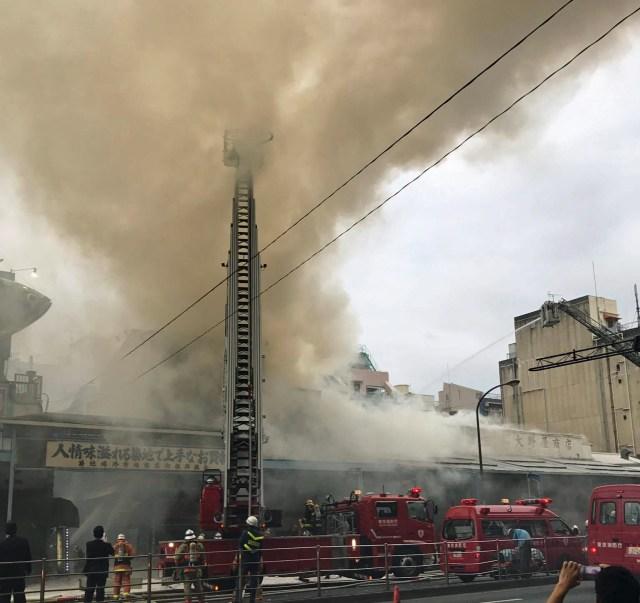 【現地動画】築地場外市場で火災発生! 激しい炎と煙が立ち込めるなか消火活動続く