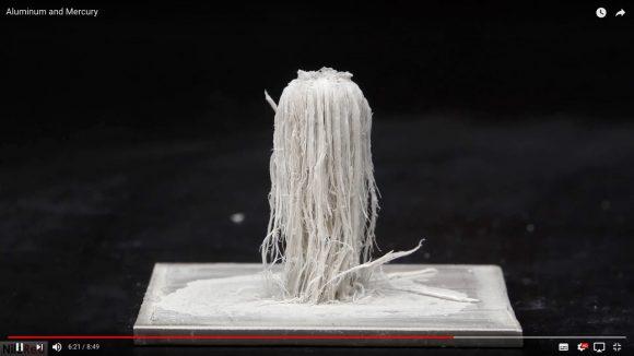 な、なんだこれは!? アルミニウムに水銀を垂らすと「毛の長い妖怪」みたいなのが現れるっていう動画