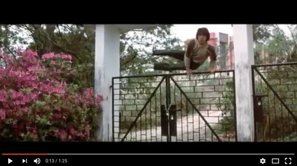 いかにジャッキー・チェンがフェンスを飛び越えるのが上手か分かる動画