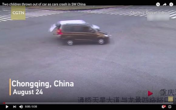 【恐怖映像】シートベルトを着用していないまま車が衝突 → 後部座席の子供が車外に放り出される