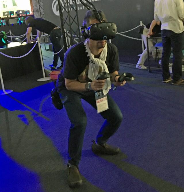 【TGS2017】VRシューティングゲームに夢中になるオッサンの姿がヤバい! どう見ても不審者