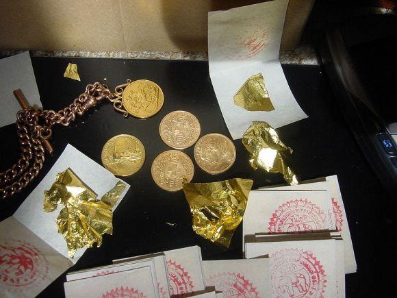 「あり得ない場所」に約1キロ分の金を隠して密輸しようとした男が逮捕される