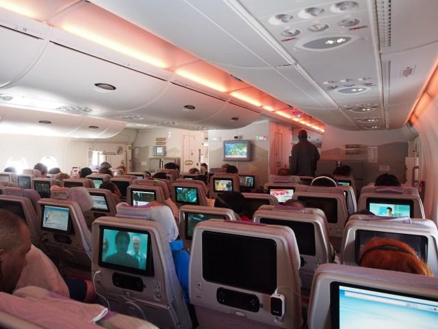 【あなたならどうする?】飛行機で知らない女性が「足が痛い。席を譲って」→ 断った結果…その理由がもっともだと話題に