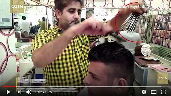 同時に「15本のハサミ」を駆使して髪を切る理容師のテクニックがスゴすぎ! リアル『シザーハンズ』がパキスタンにいた!!
