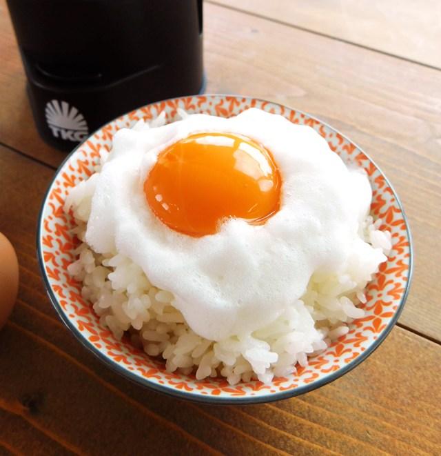 """【動画あり】あの """"伝説のTKG"""" を一発で作れるだと!? ついに「卵かけごはん専用マシン」が開発される / タカラトミー『究極のTKG』"""