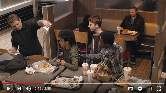 あなたはいじめを見かけたら注意できますか? 米バーガーキングの制作した「いじめ防止」の実験動画が考えさせられる