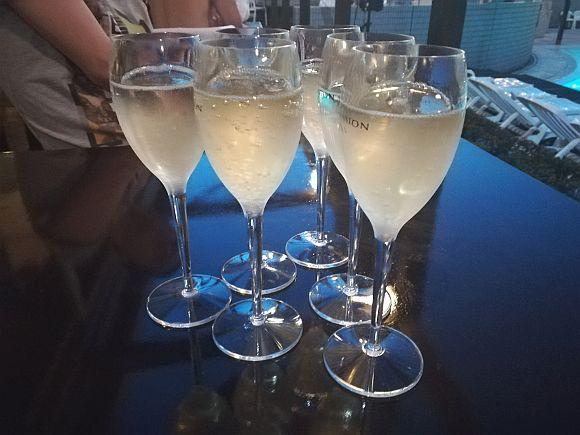 「シャンパンを頼んだのにスパークリングワインが出てきた」男性が航空会社を訴える / 1600人による集団訴訟となる可能性も