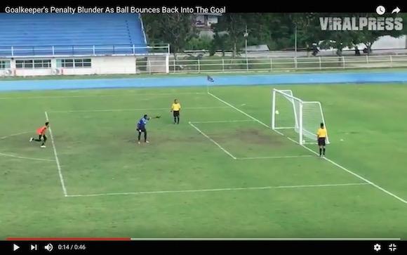 サッカー史に残る「爆笑PK」がタイで炸裂 / クロスバーに弾かれたボールがスピンして…