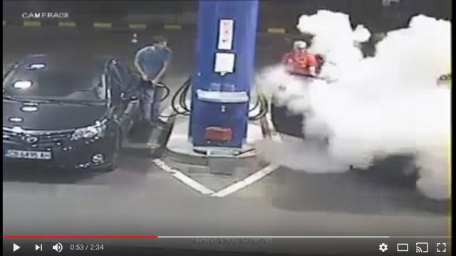 「ガソリンスタンドでタバコを吸い続ける客」に対し従業員が一瞬のためらいもなく消火器をブっ放す動画