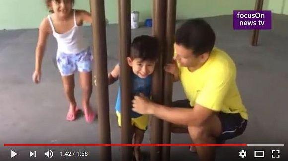 2本の鉄柱に子供の頭が挟まって抜けなくなった! パパが悩むこと2時間…「目からウロコ」な発想転換で脱出に成功!