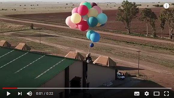 風船100個で空を飛んだ! リアル『カールじいさん』のような男性が高度2500メートルの飛行に成功