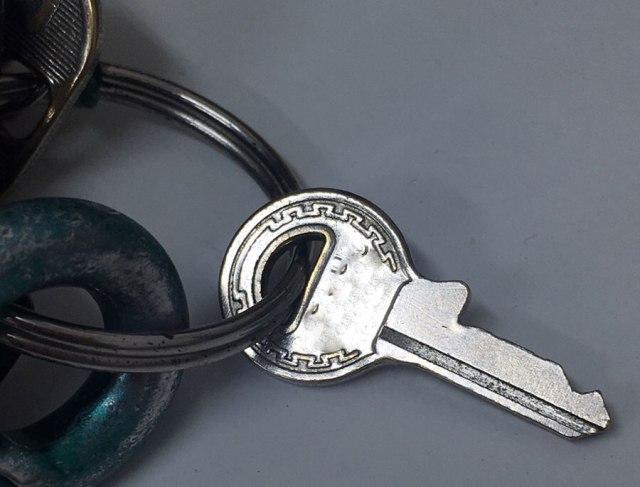 【何度でも注意喚起】家の鍵の写真をSNSにあげちゃダメ絶対! 写真から合鍵を作って泥棒を働いた男が逮捕 / ネットで簡単に作れたらしい…