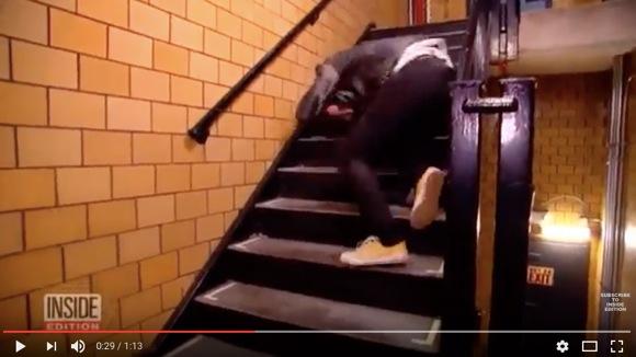 プロのスタントマンが「正しい階段の落ち方」を伝授! ある2点を守ることが大事らしい