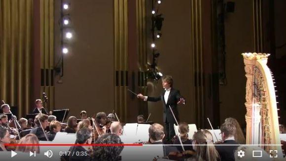 【オナラじゃなくて本当に良かった】クラシックのコンサート中に「ビックリした女性が叫び声を上げる瞬間」が激撮される
