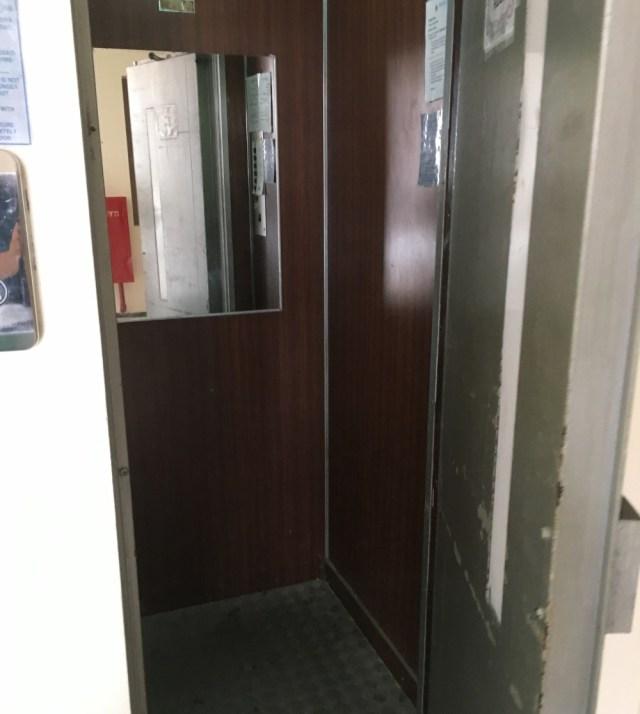 こんなエレベーター、見たことある? 乗り方を知らずに海外で赤面した話 / 手押しのトラップに気をつけろ!