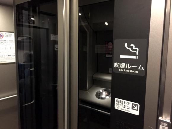【ブチギレ】新幹線の喫煙室から「タバコを吸い終わってるのに出てこない女たち」は立ち話をやめると死んでしまうのか?