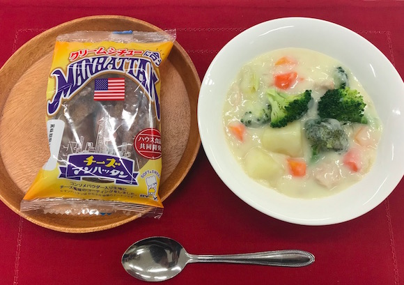 クリームシチューに合う「マンハッタン」だと…! 九州のソウルフードにまさかの『チーズ味』が爆誕!!