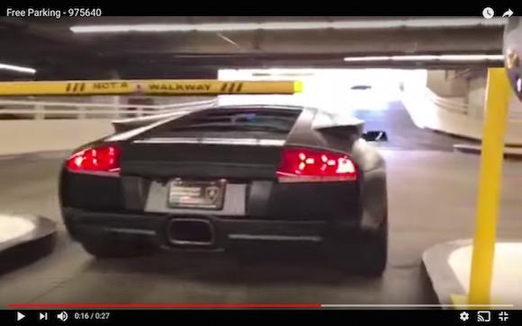 遮断機も意味なし! ランボルギーニが駐車場を出ようとするとこうなるって動画