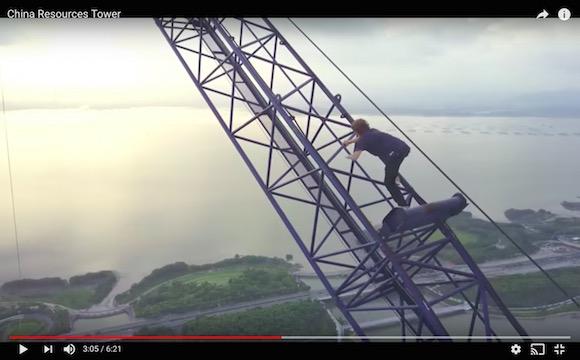 動画なのに足がすくむ! 地上約400メートルのタワーに命綱なしで登頂する「世にも恐ろしい動画」がこちらです