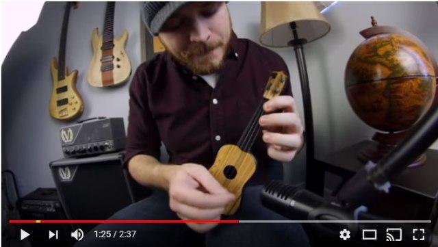 """【すげえ】プロのギタリストが """"100円チョットの玩具ギター"""" を演奏したらこうなった!"""