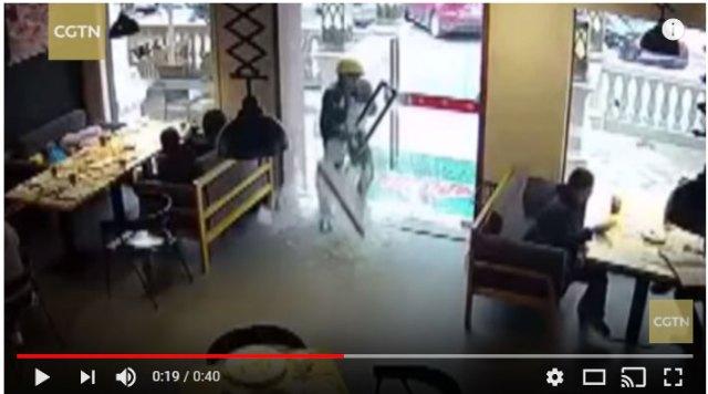 【爆発】中国で男がガラスの扉を勢いよくオープン! → ドアが爆発