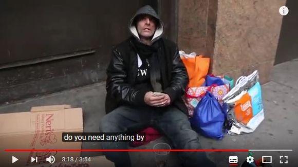 Amazonは路上のホームレスに荷物を届けてくれるのか? その実験動画…と思いきや感動的結末が!