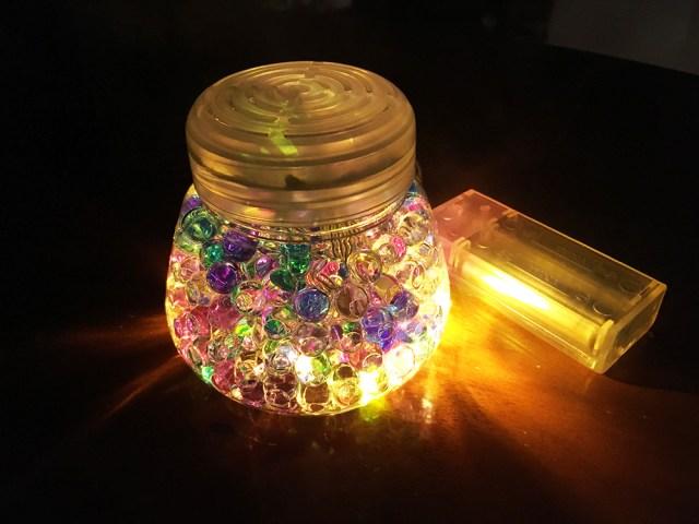 【100均検証】クリスマスに最高! たった200円で作れるロマンチックな照明『光る消臭芳香剤』はキレイなうえにイイにおい!!