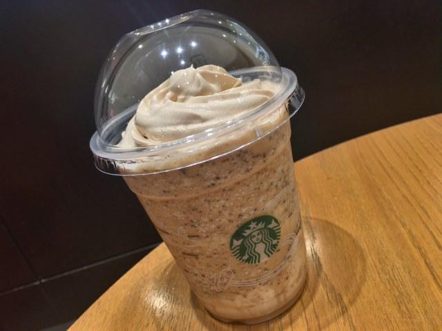 【スタバ速報】幻のドリンクが予告なしに登場! 『コーヒー & クリーム フラペチーノ with コーヒー クリーム スワール』を見逃さないで