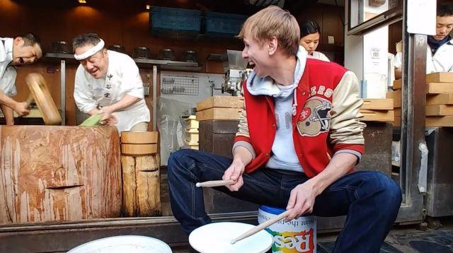 【神業動画】老舗餅店の高速餅つきと有名ドラマーのコラボが凄くて癖になる