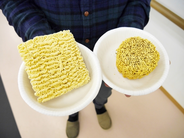 【ガチ検証】カップ麺と袋麺ではどちらの麺の方が長いのか? 実際に測ってみた結果!
