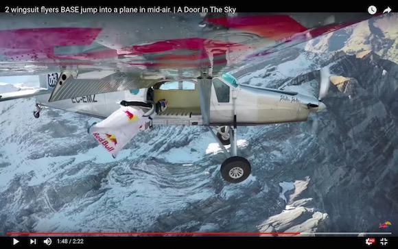 人類がもっとも鳥に近づいた瞬間! ウイングスーツで空を高速飛行 → 上空で小型飛行機に乗り込む動画が前代未聞の離れ業