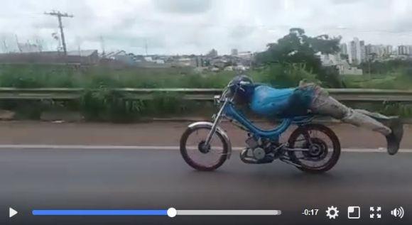 「仮面ライダー乗り」で男性が公道を疾走 → 危険行為でお縄を頂戴するハメに…