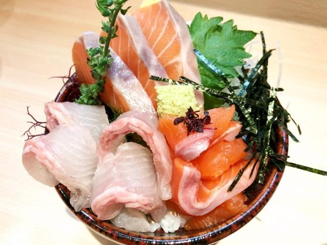 【クマ歓喜】都内でも珍しい「サーモン丼専門店」に行ってきた! 白いサーモンって食べたことある? 東京・原宿『熊だ』