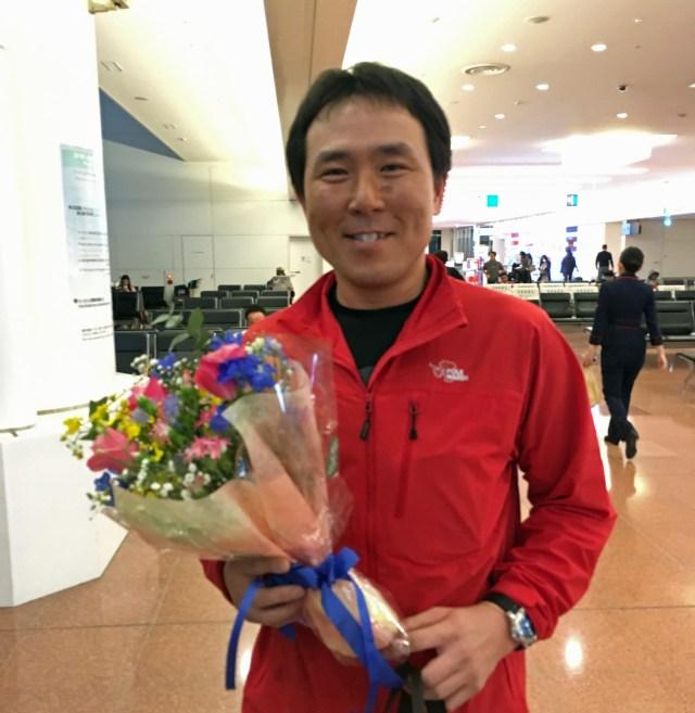 日本人初「南極点無補給単独徒歩」の偉業を成し遂げた荻田泰永氏、無事に帰国!! 家族に囲まれて満面の笑み