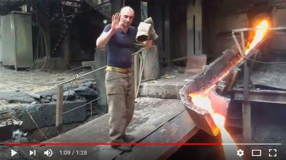 """【完全に狂気】溶岩のように溶けた金属を """"素手"""" で触るアルメニア人男性がヤヴァい…おそロシアを超えたかも"""