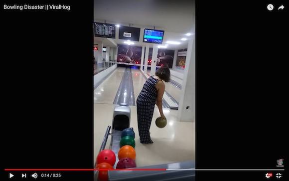 【ボウリング動画】大失投なのにストライク / 思い切り投げたボールの軌道がまるでコント