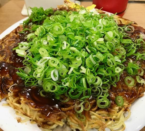 【定番がイイ!】そば肉玉を麺トリプルで満腹度MAX!! 広島駅改札から1分の超人気店『みっちゃん総本店』